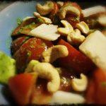 Insalata di pomodori con scaglie di parmigiano, anacardi e pesto alla genovese