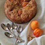 Torta rustica con farina di segale, albicocche e noci