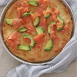 Pizza bianca con avocado e salmone affumicato