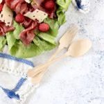 Insalata con carne salada e lamponi