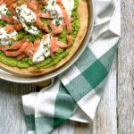 Pizza con crema di zucchine salmone e stracciatella
