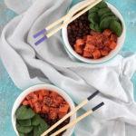 Poke bowl con riso rosso e salmone crudo