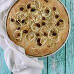 Focaccia integrale con cipolla, olive e rosmarino
