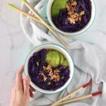 Bowl con riso integrale, cavolo cappuccio viola e avocado