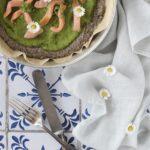 Pizza di quinoa con crema di piselli e salmone affumicato